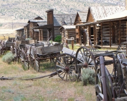 Log cabins and wagons at the Old Trail Town